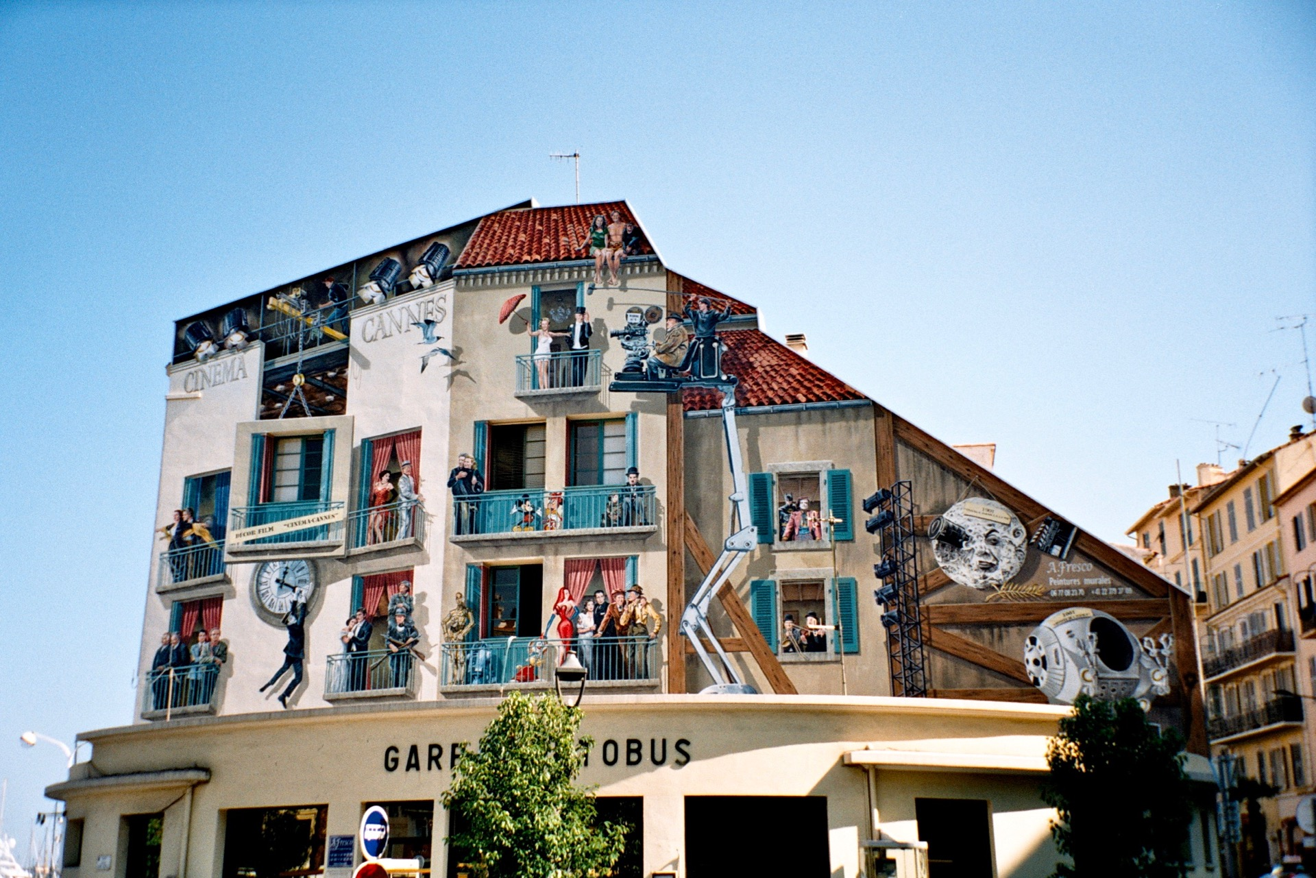 Bemaltes Haus am Busbahnhof in Cannes, 2006  -  Painted House at the Central Bus Station in Cannes (France) 2006